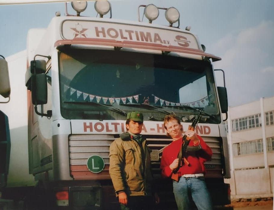 Han-Beuze-Met-een-vracht-eieren-onderweg-naar-Albanië-zo-n-25-jaar-terug--op-het-losadres-in-dures-streng-bewaakt--(2)