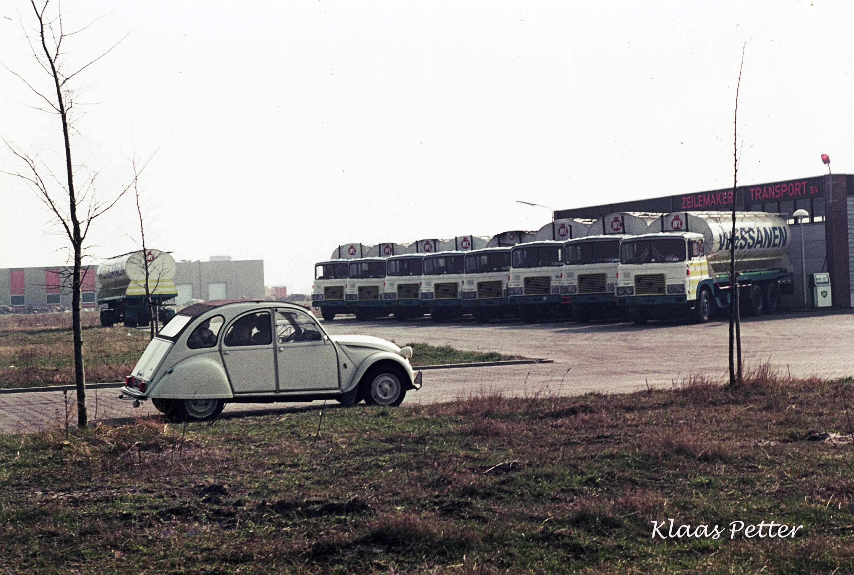 1975-Toen-nog-8-auto-met-op-de-voorgrond-mijn-2cv4-met-vrouw-en-kinderen