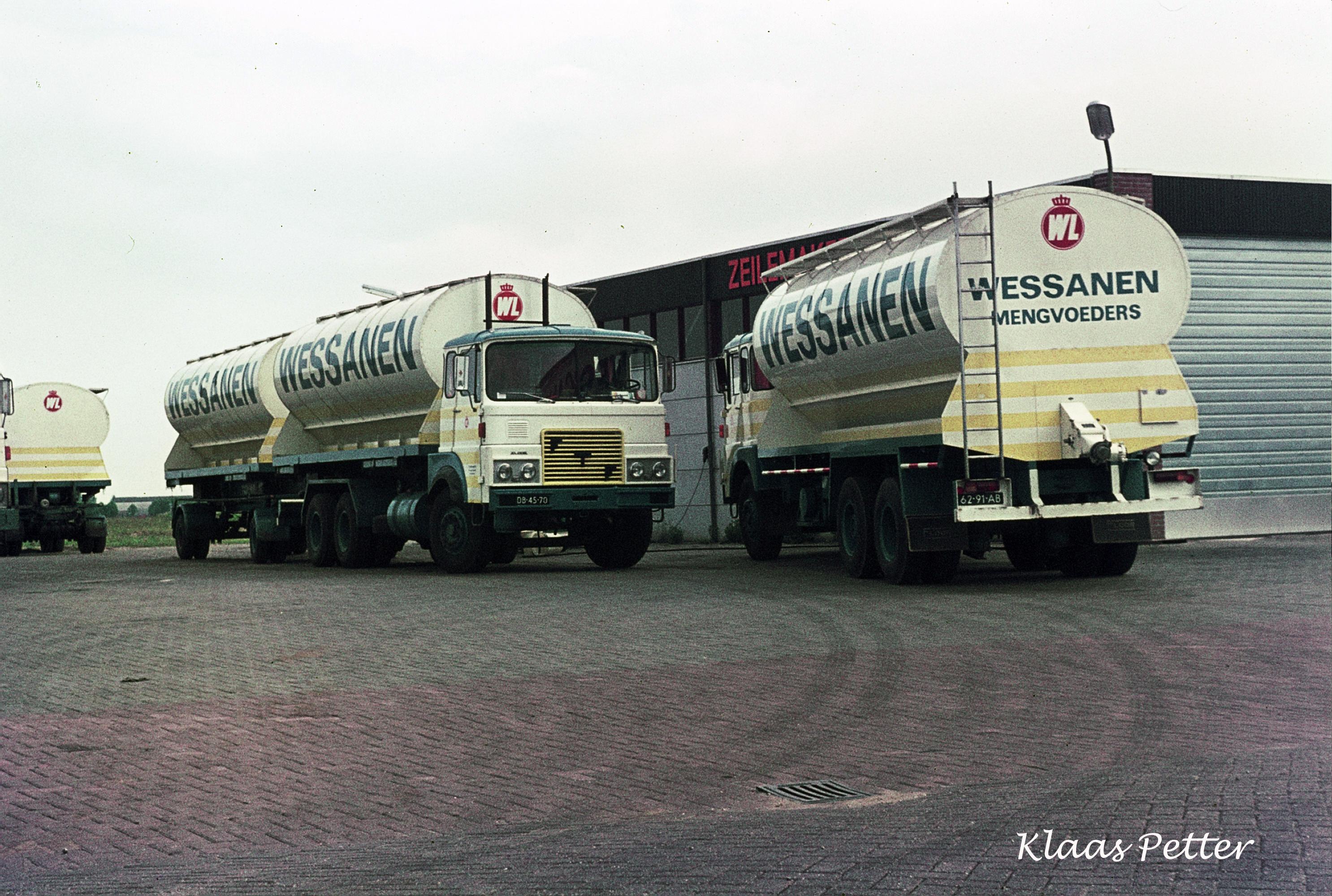 FTF---Truck-met-aanhangwagen-met-afzetbakken-daar-waren-2-combinaties-van--1975