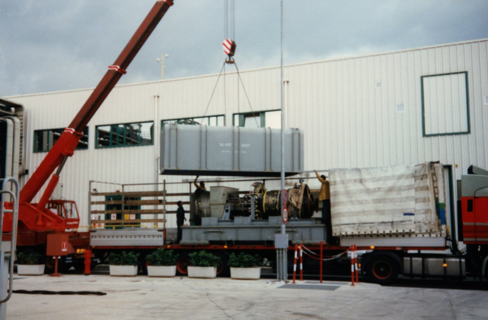 Joop-de-Jong-Vliegtuigmotor-laden-Fa-Sontel-Porcari-19-6-1997-17-ton-van-8-tot-17-uur-(2)