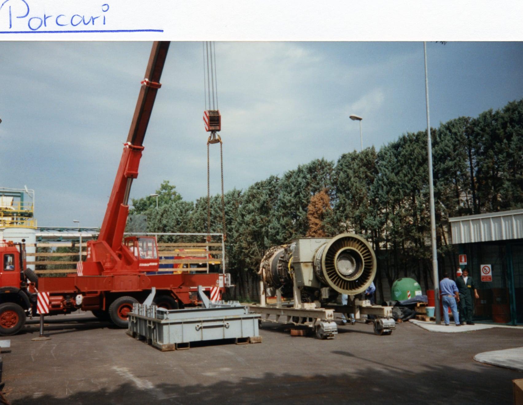 Joop-de-Jong-Vliegtuigmotor-laden-Fa-Sontel-Porcari-19-6-1997-17-ton-van-8-tot-17-uur-(3)