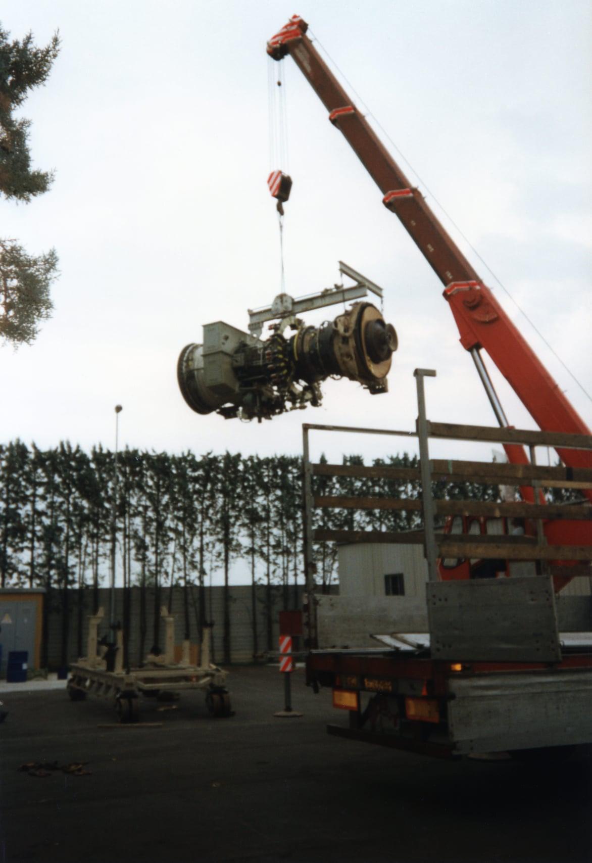 Joop-de-Jong-Vliegtuigmotor-laden-Fa-Sontel-Porcari-19-6-1997-17-ton-van-8-tot-17-uur-(4)