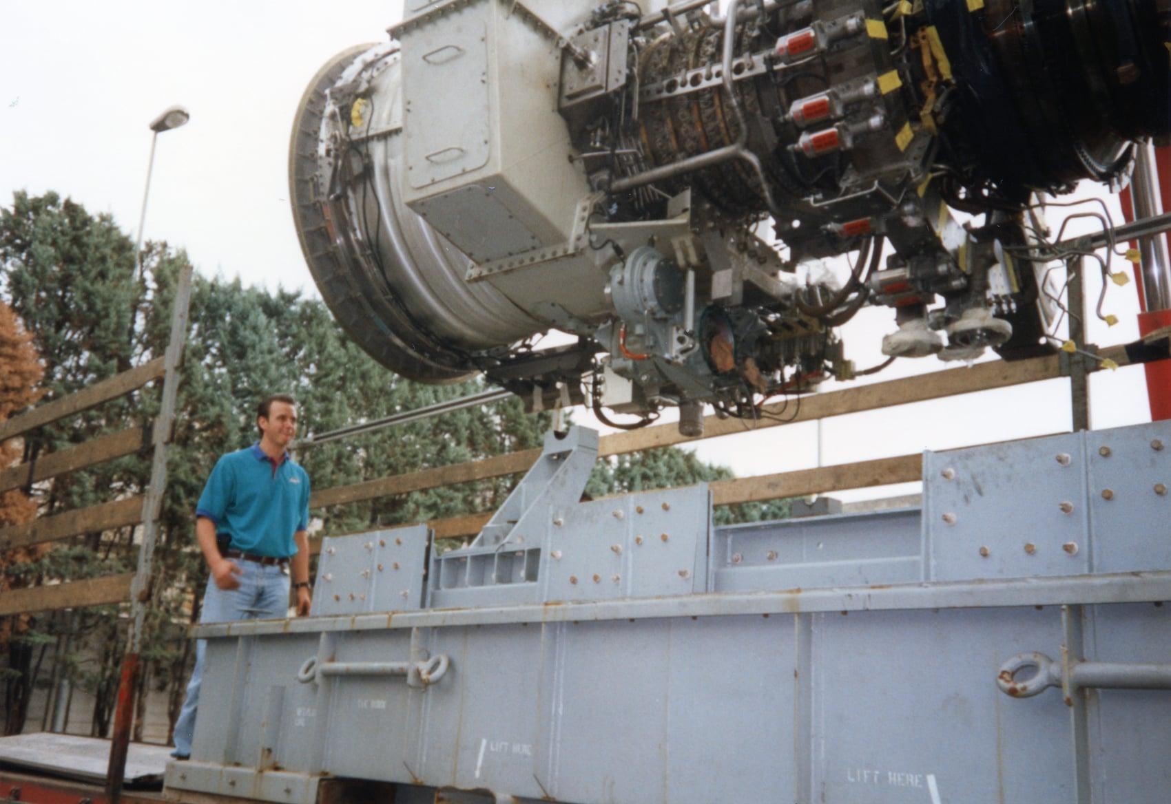 Joop-de-Jong-Vliegtuigmotor-laden-Fa-Sontel-Porcari-19-6-1997-17-ton-van-8-tot-17-uur-(5)