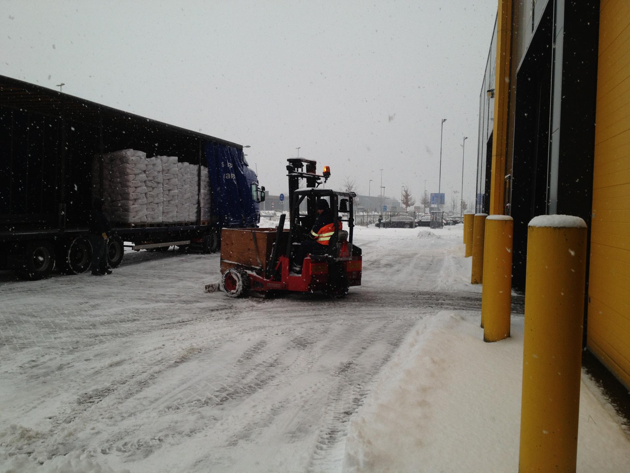 sneeuwruimen-met-de-kooiaap