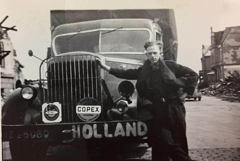 0-Mack-met-ome-Lau--1946-in-de-puinhopen-van-Duistland-