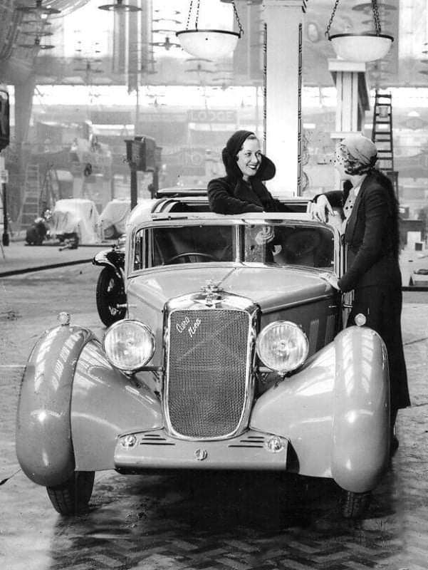 Hillman-Aero-Minx-outside-the-1932--London-Olympia-motor-Show-