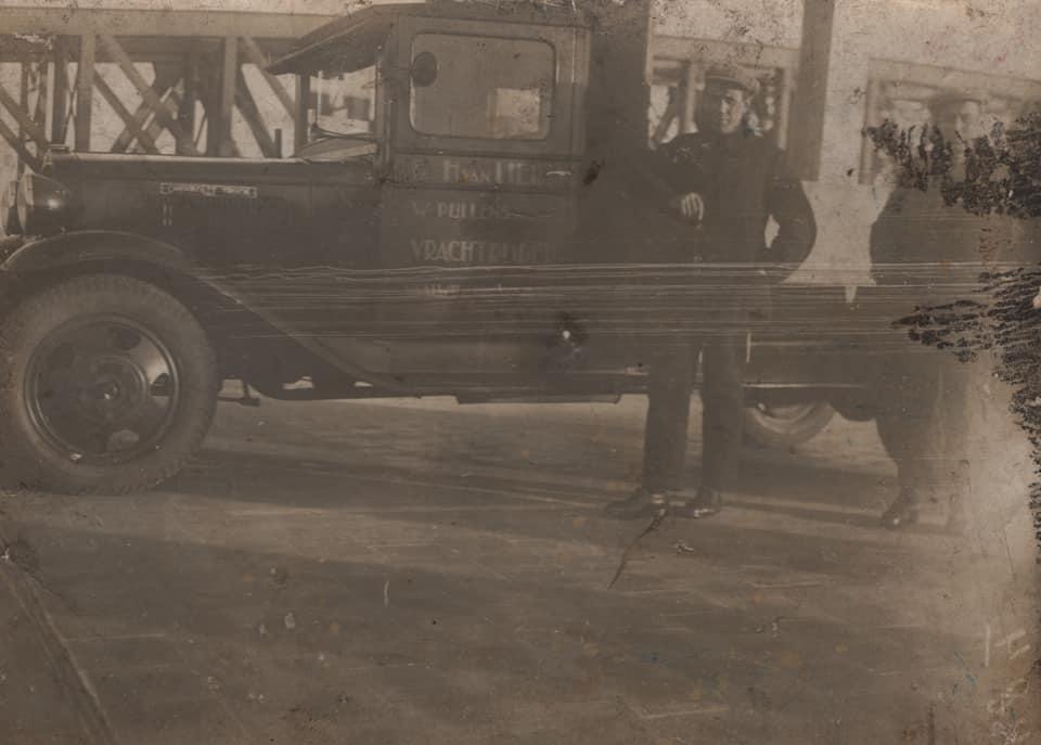 0--Waalwijk-1933-De-allereerste-auto-van-mijn-opa-was-deze-Chevrolet--Het-originele-linnen-nummerbewijs-is-er-nog-steeds-