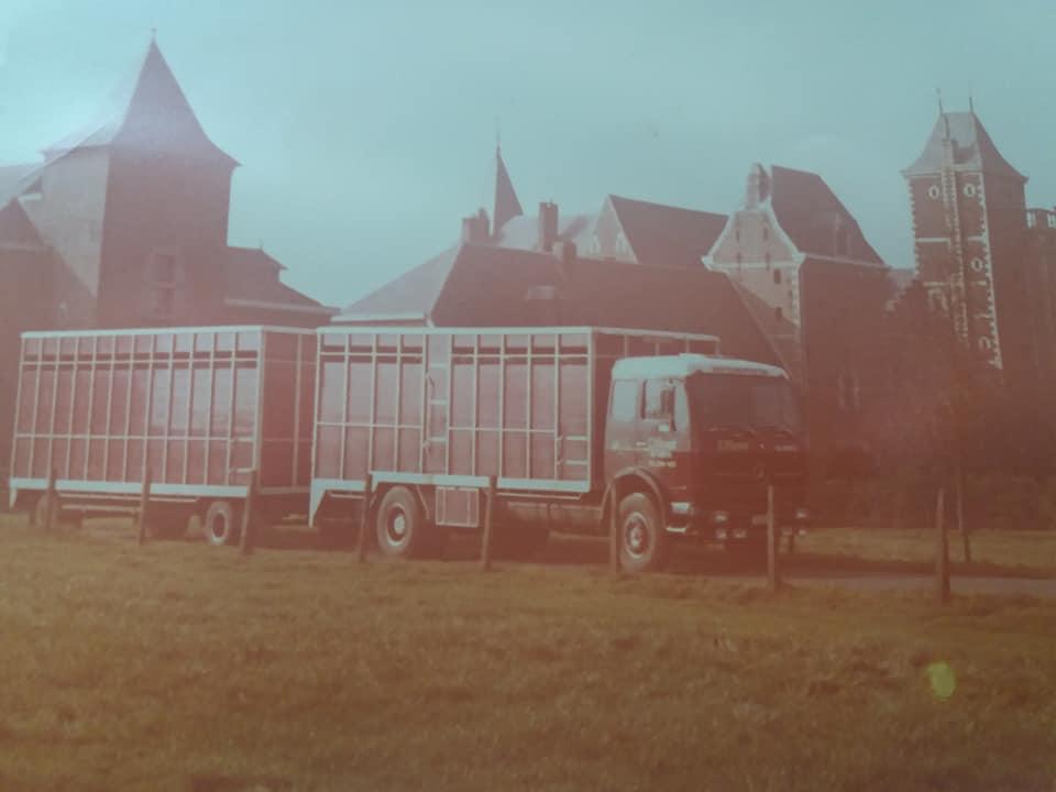 Import-van-de-eerste-Frisian-Holstein-vaarzen-vanuit-Canada-per-vliegtuig-naar-Brussels-Airport-Geimporteerd-door-de-fa-Nijdam-en-de-Groot-uit-Tirns-en-gedistribueerd-naar-boeren-in-Nederland-1975-(3)