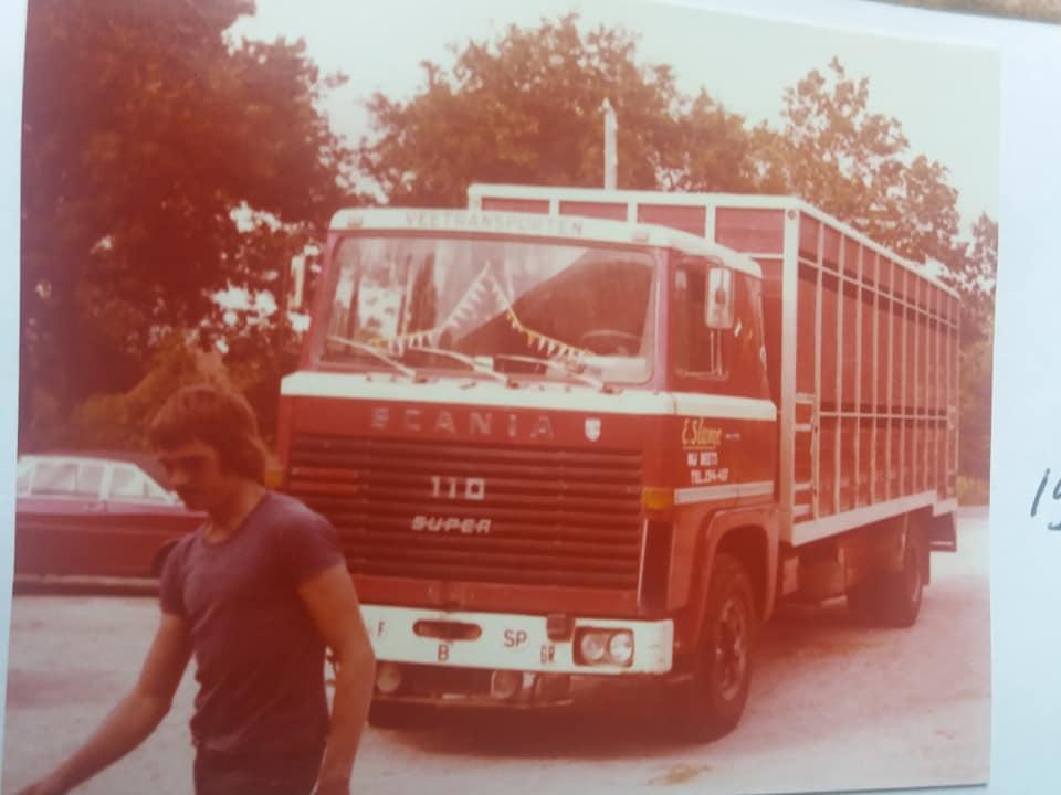 Import-van-de-eerste-Frisian-Holstein-vaarzen-vanuit-Canada-per-vliegtuig-naar-Brussels-Airport-Geimporteerd-door-de-fa-Nijdam-en-de-Groot-uit-Tirns-en-gedistribueerd-naar-boeren-in-Nederland-1975