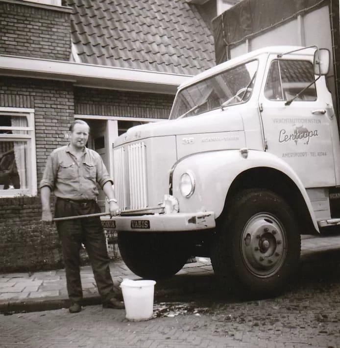 Chauffeur-Toon-thuis-aan-het-wassen-foto-Ton-Blom