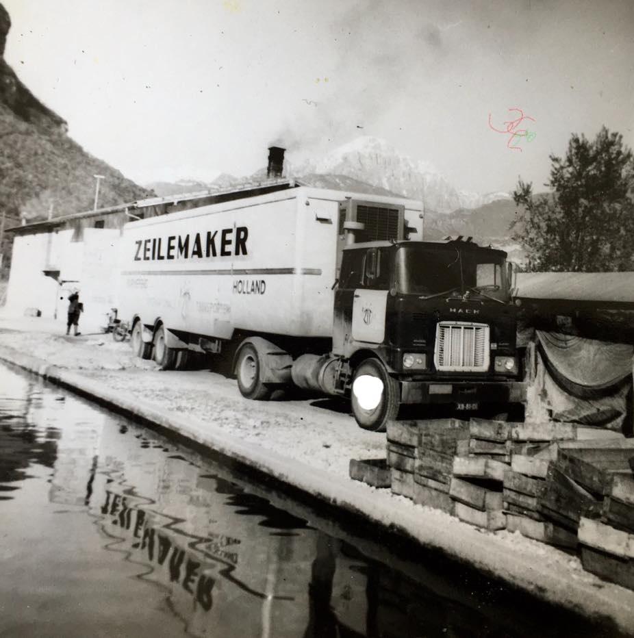 Henk-Veltrop-Lossen-van-bevroren-vis-afval-bij-een-forellen-kwekerij-Italië--