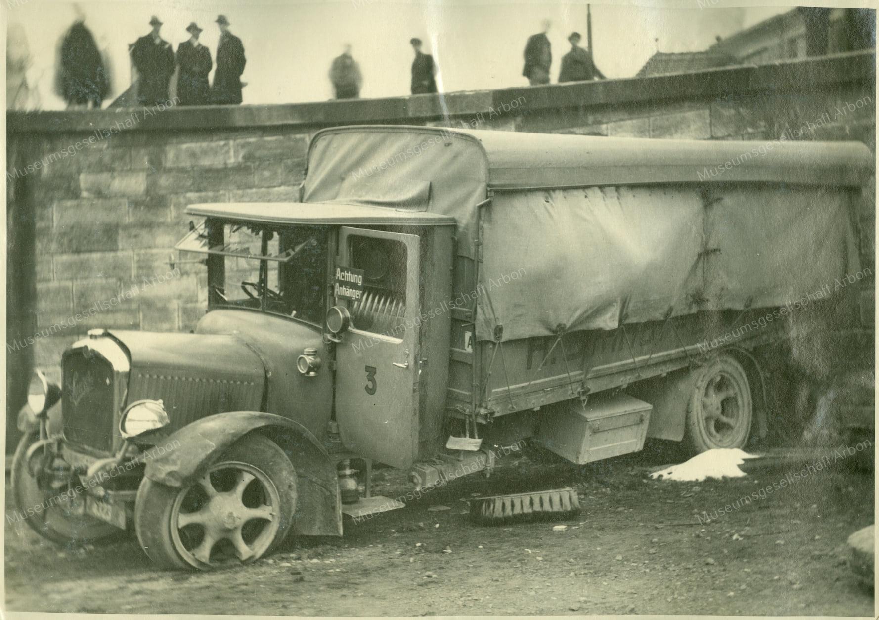 Saurer-Hernn-Imhof-Dal-Basel--1928-door-de-muur-(1)