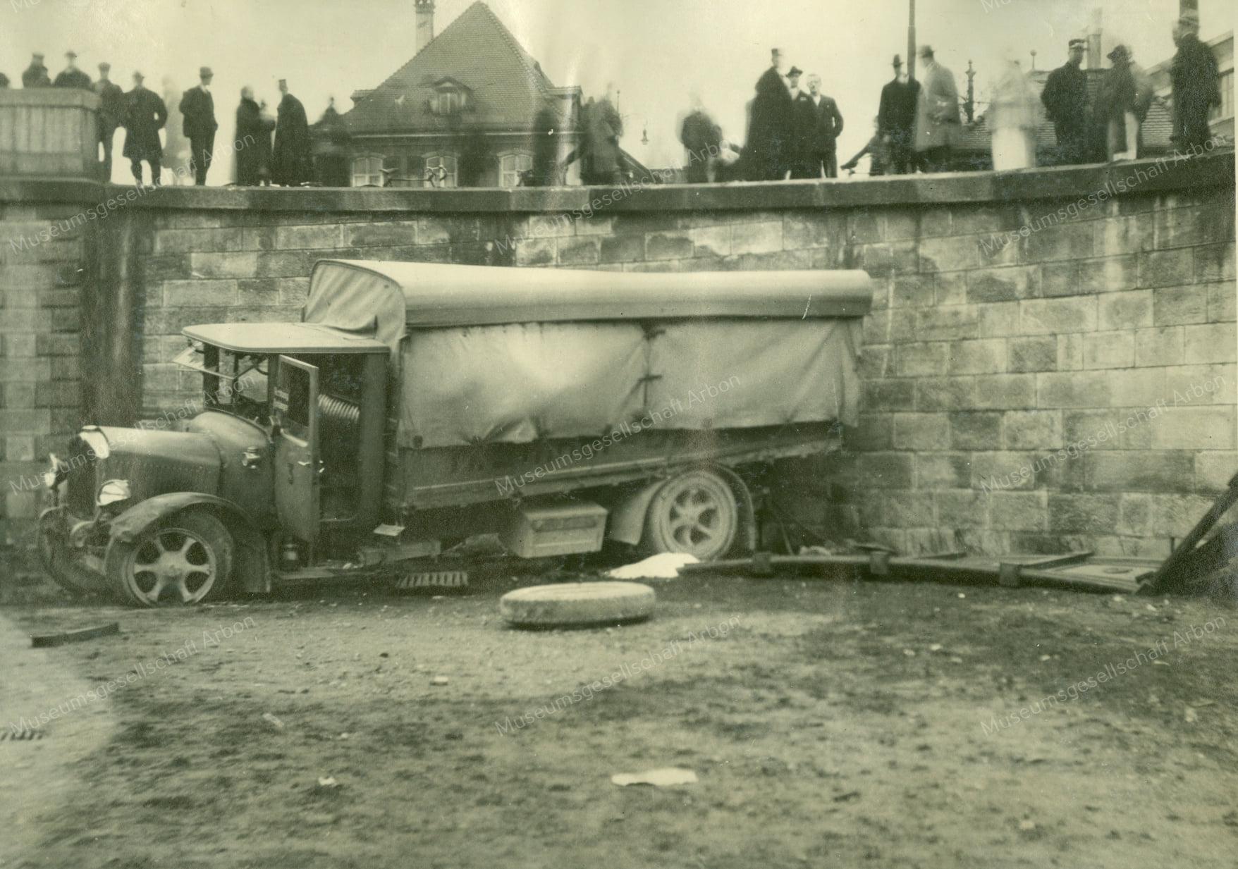 Saurer-Hernn-Imhof-Dal-Basel--1928-door-de-muur-(2)