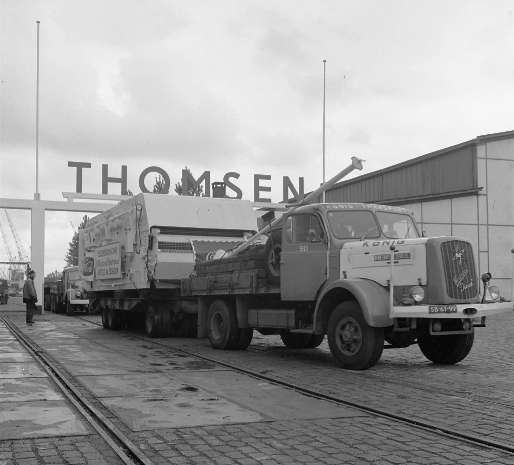 1982-Rotterdam-zwaar-transport-met-een-vulmachine-voor-Bottelo-Coca-Cola-vanaf-havenbedrijf-Thomsen-met-Henschel