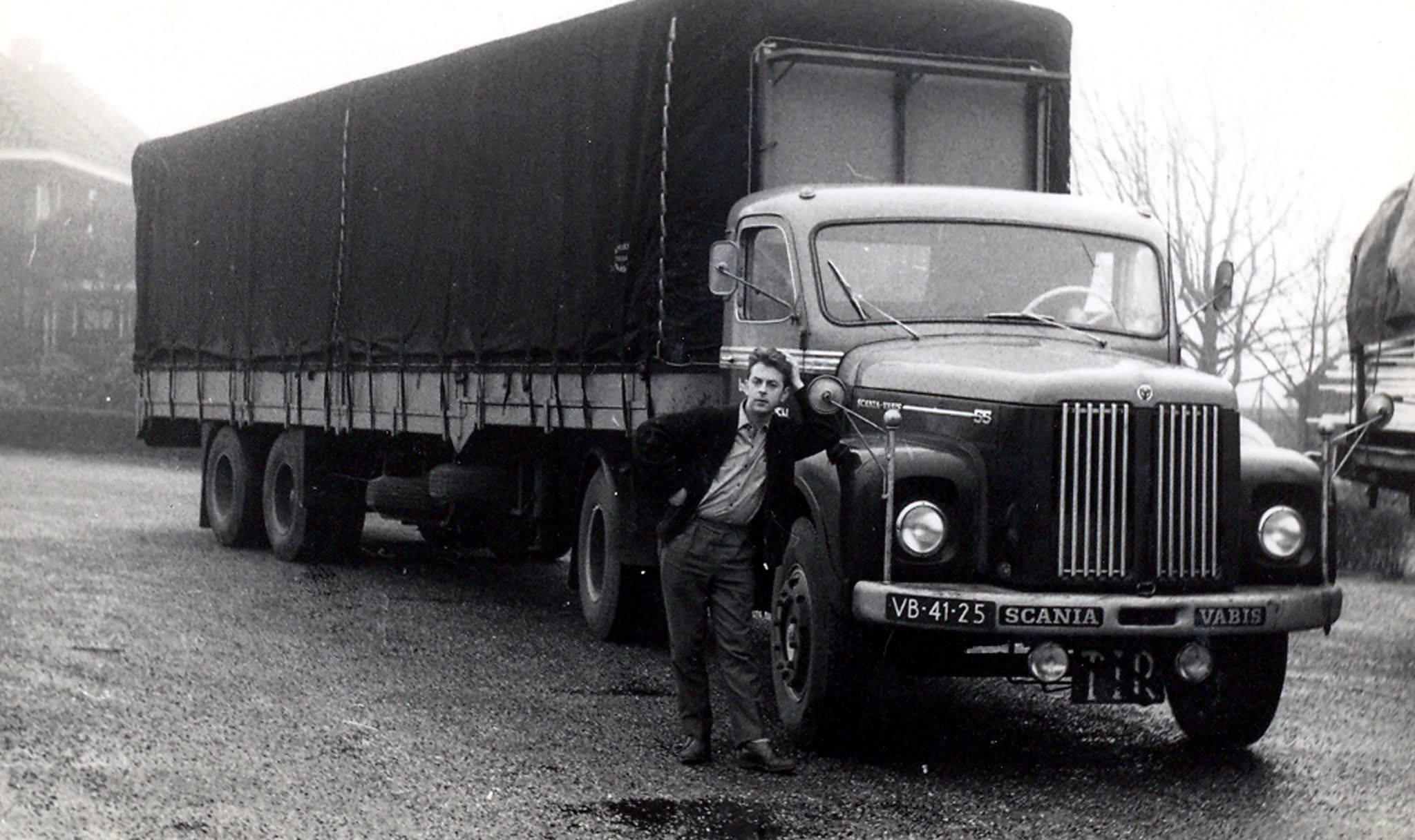 Scania-VB-41-25-Frans-van-Brenk-en-Herman-Perkwin-aan-het-schrapen-schuren-en-schilderen--(2)