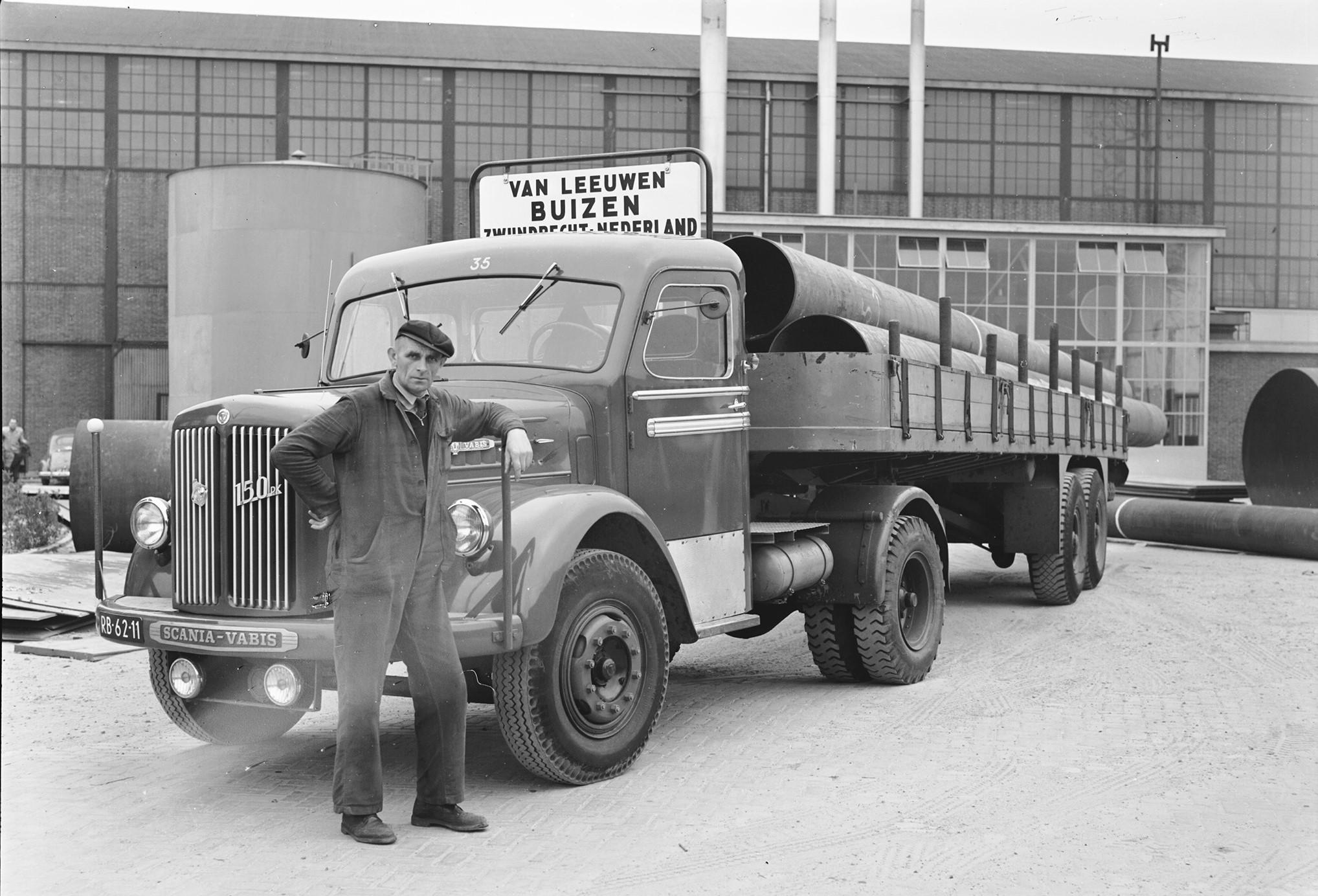 Scania-Vabis-150-PK-Paul-Weelde-cabine-opl--Daf-met-hydraulische-steunpoten-Chauffeur-Willem-den-Ouden