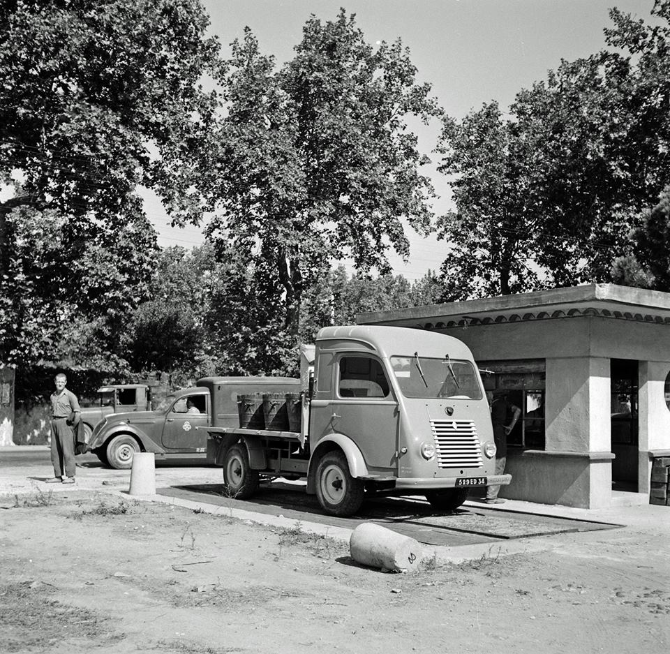 Renault-Jaartal-onbekend-op-de-weegbrug-van-de-wijnkelder-waar-de-druiven-geperst-worden-Chateauneuf-du-Pape