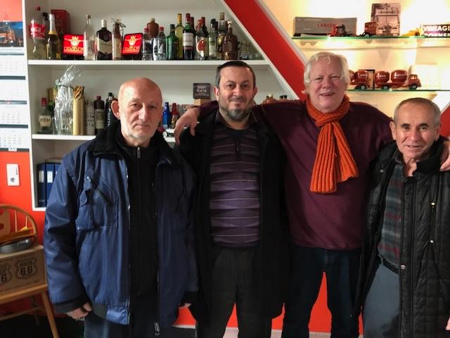 Mehmet-op-bezoek-30-jaar-de-banden-verzorgt-met-zoonen-Gederit-en-Hassan-Kurt