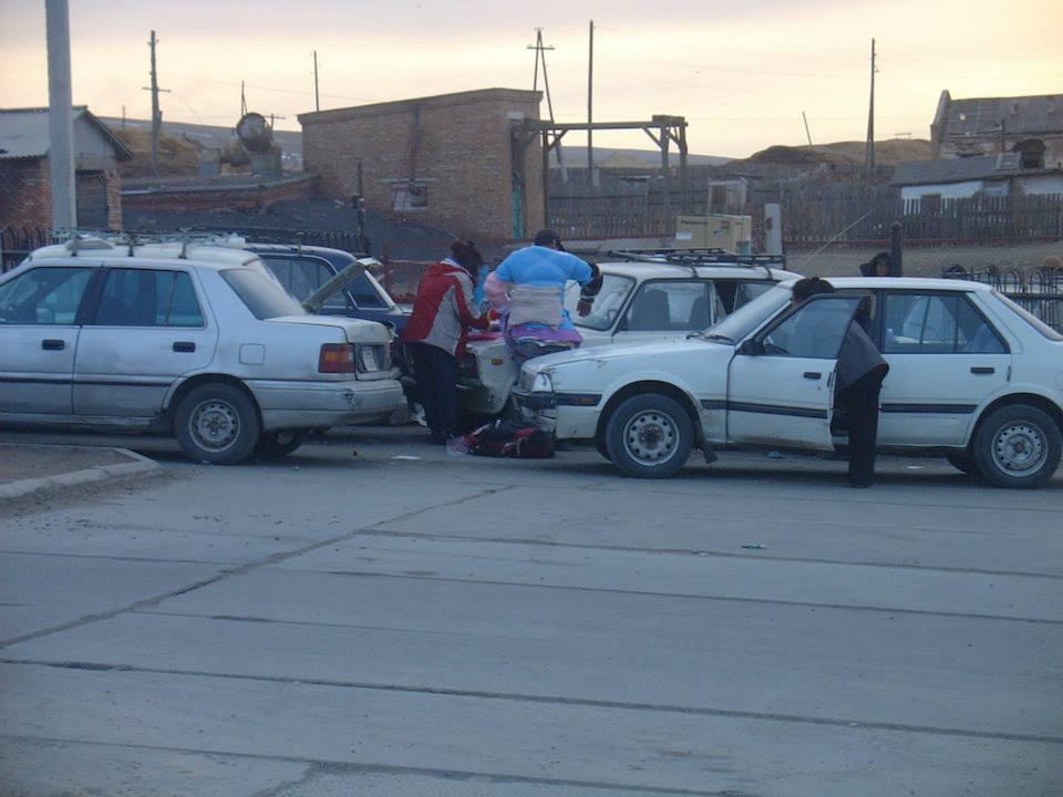 159-net-voor-de-barrieres-van-de-mongoolse-douane-met-goedkope-chinese-goederen-naar-rusland