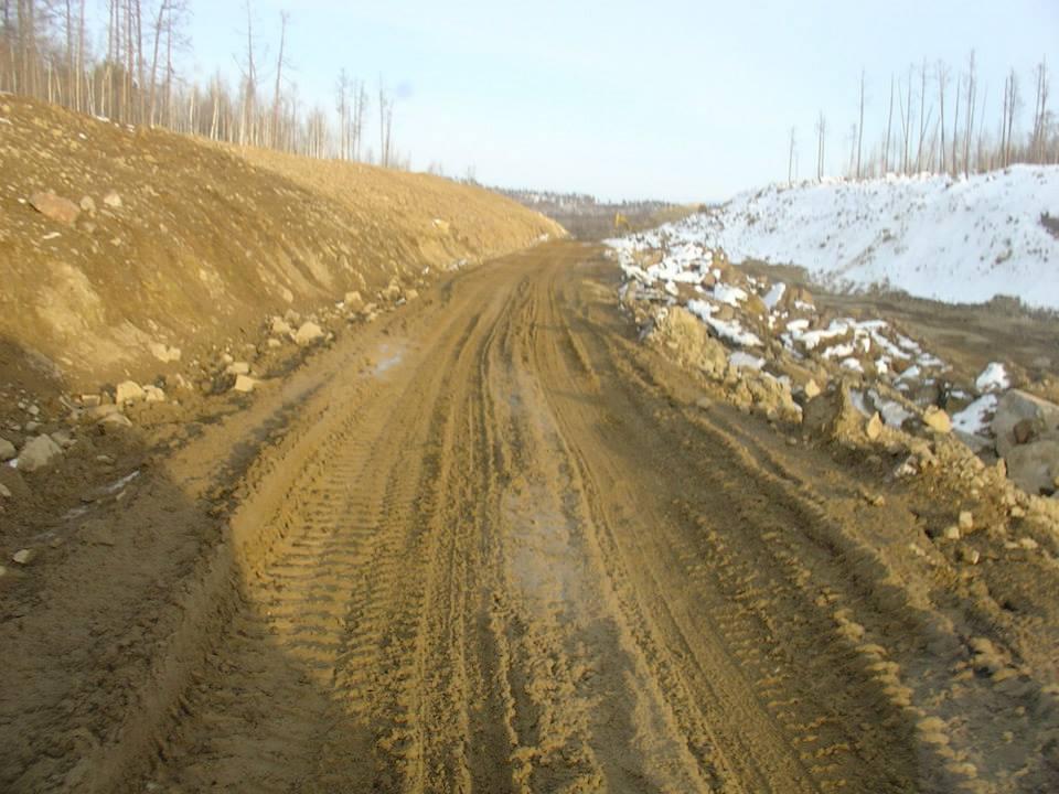 196-De-weg-is-nog-lang-niet-klaar-Vaak-moeten-rivieren-worden-gekruist-naast-een-onvoltooide-brug-in-meer-dan-1-m-ijs-en-water