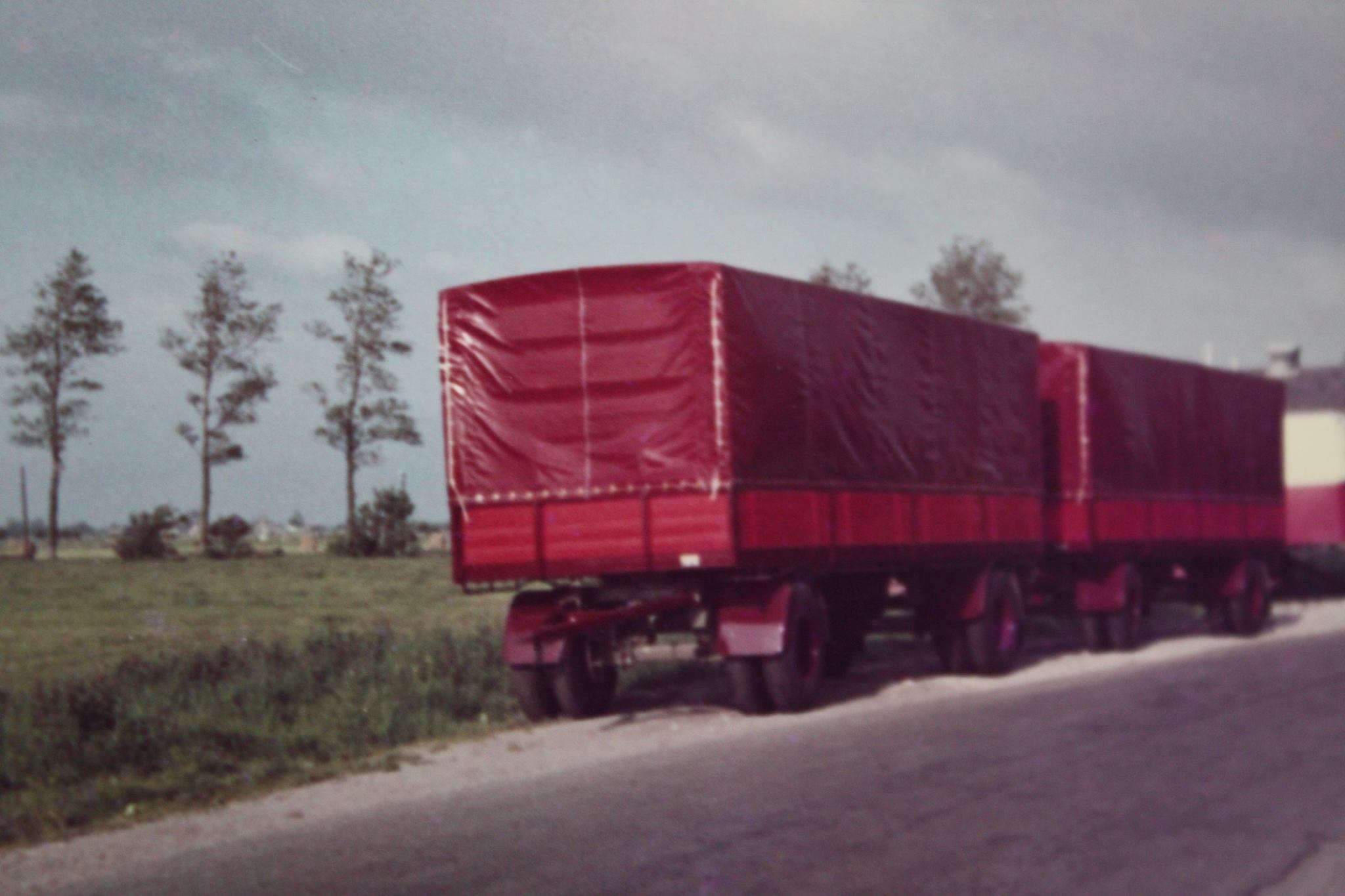 2-RAF-aanhangwagens-met-huif-door-Rondaan-in-Beetgum-gebouwd-voor-Althuisius-uit-Tzummarum-en-Franeker