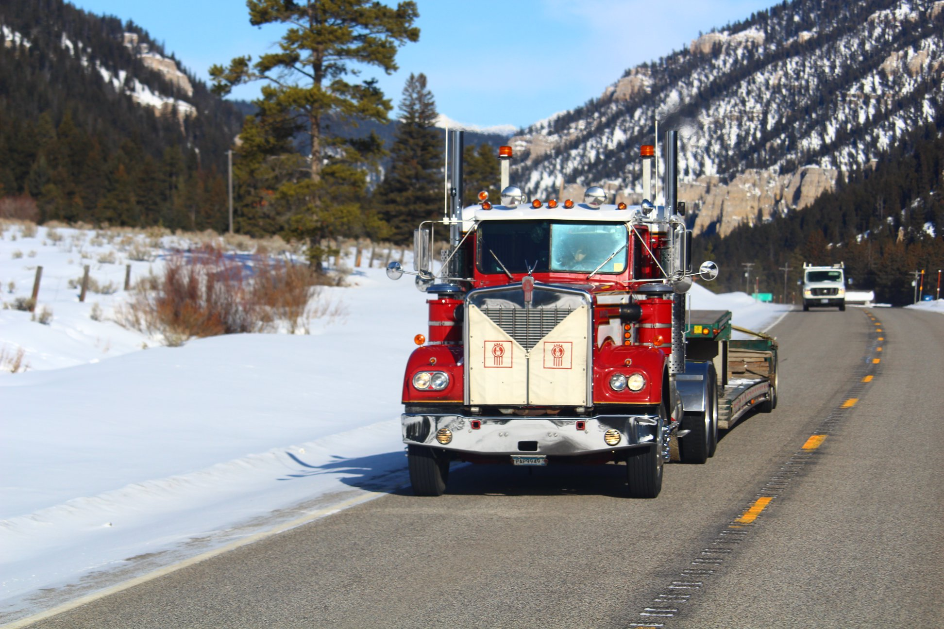 Kenworth-W900A-working-in-the-cold-Yellowstone-National-park-US-191