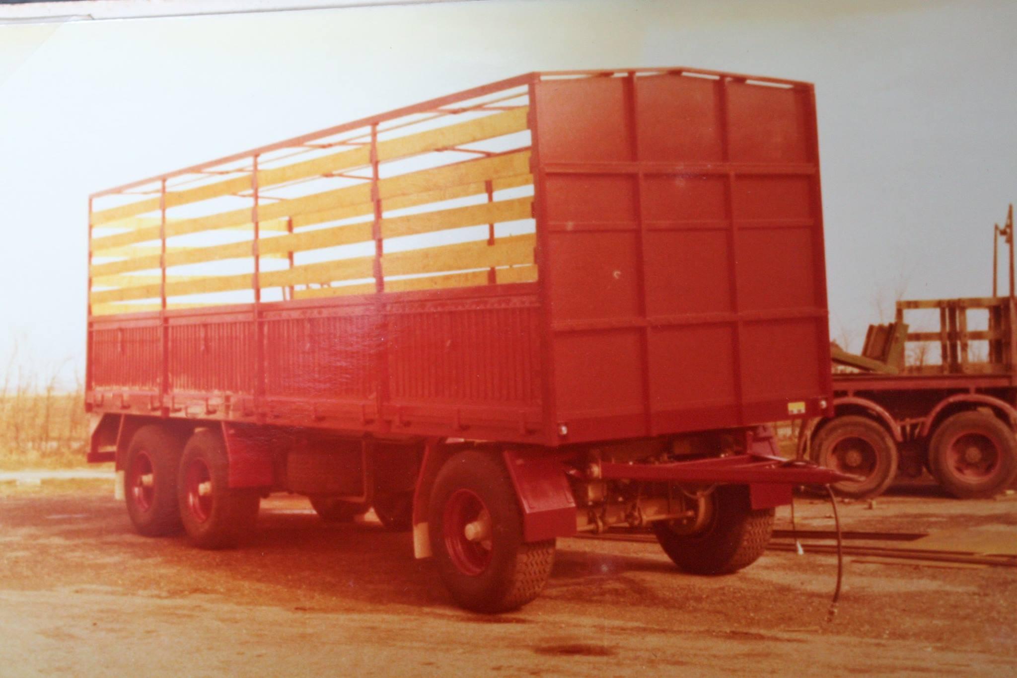 RAF-tandemas-aanhangwagen-met-super-single-banden-met-huif-is-ook-door-Rondaan-in-Beetgum-gebouwd-voor---KLMV--2