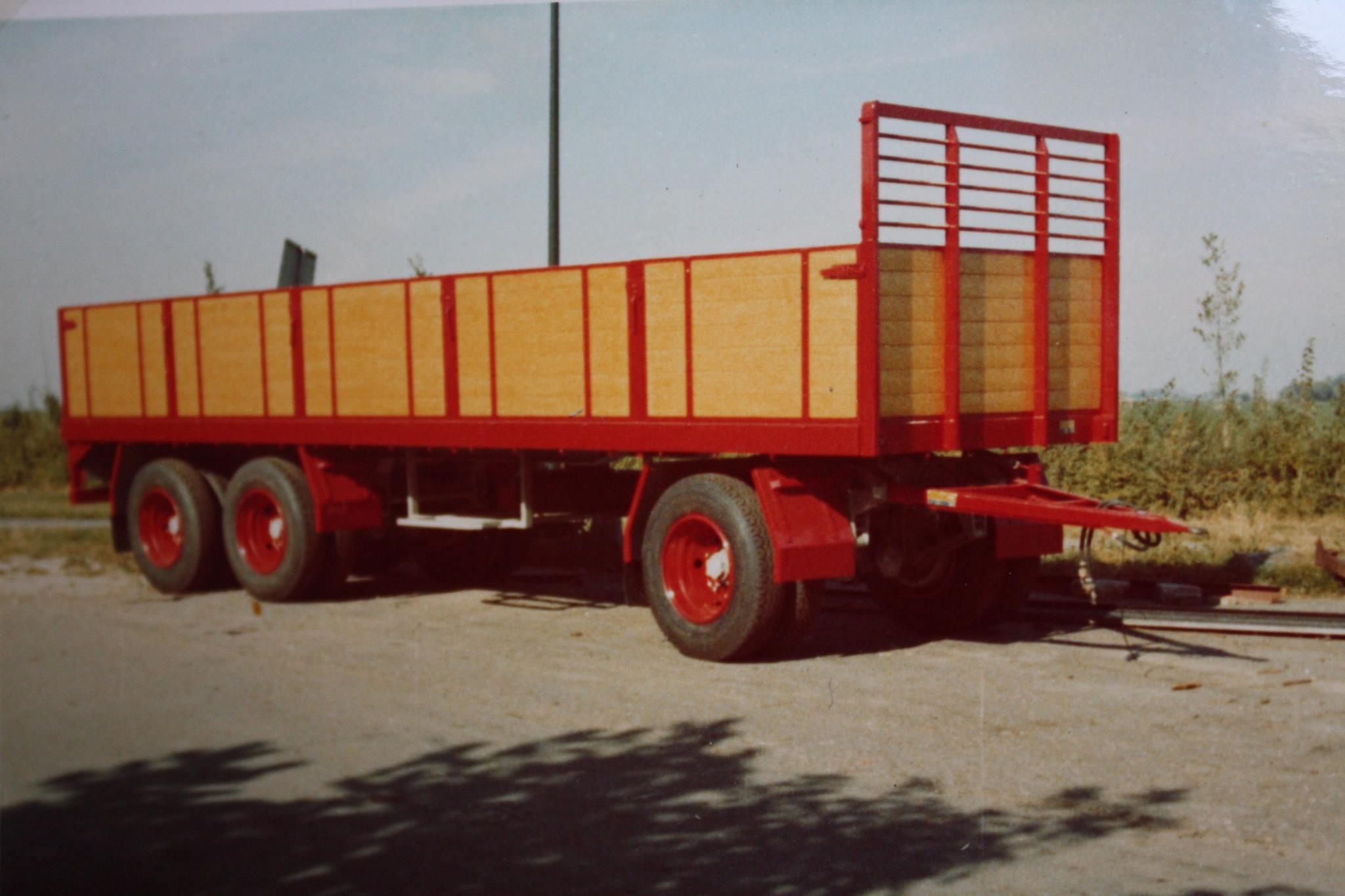 RAF-tandemas-aanhangwagen-met-zijschotten-is-door-Rondaan-in-Beetgum-gebouwd-voor-Transportbedrijf-Wassenaar-in-Beetgumermolen-1
