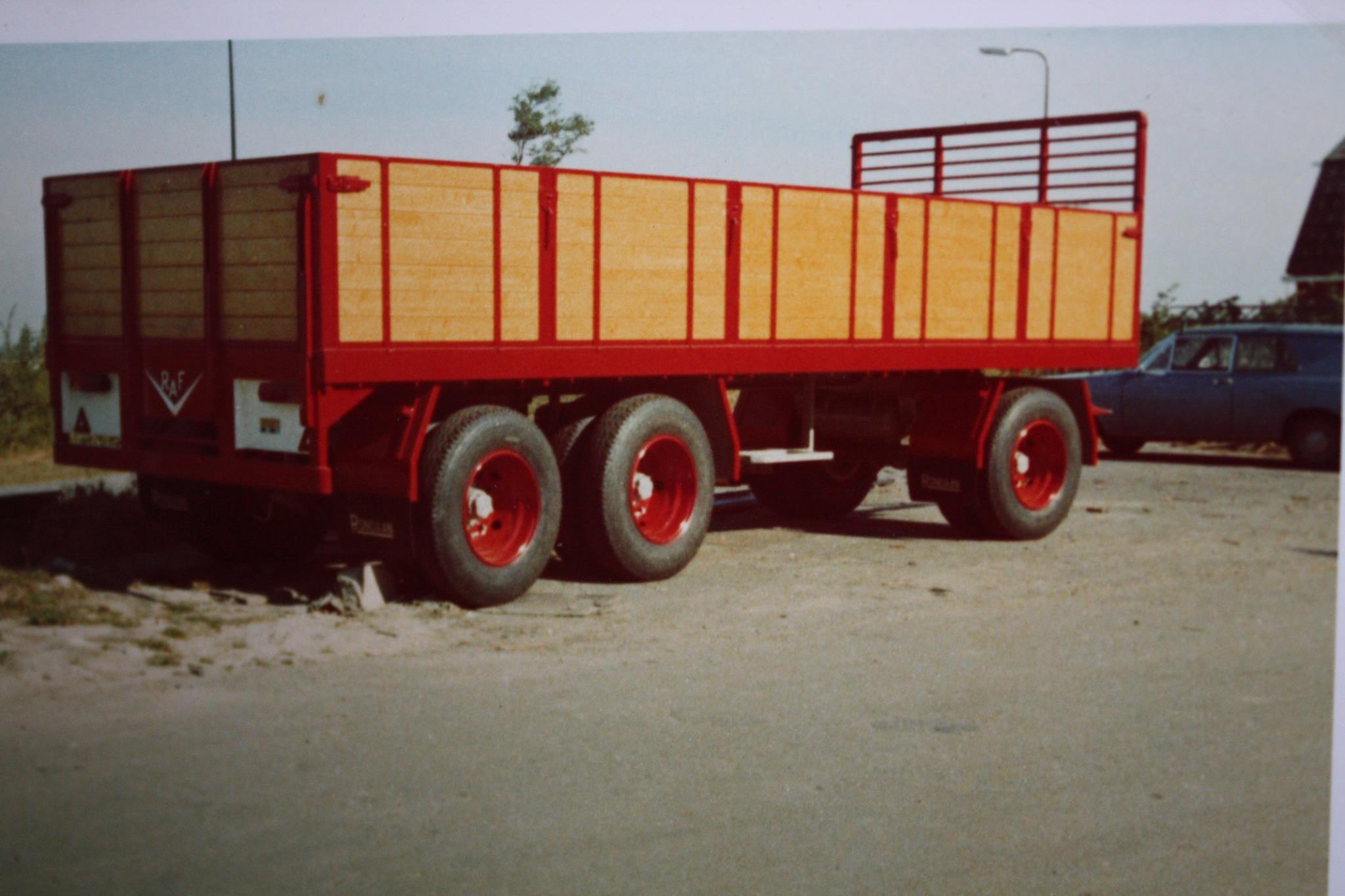 RAF-tandemas-aanhangwagen-met-zijschotten-is-door-Rondaan-in-Beetgum-gebouwd-voor-Transportbedrijf-Wassenaar-in-Beetgumermolen-2