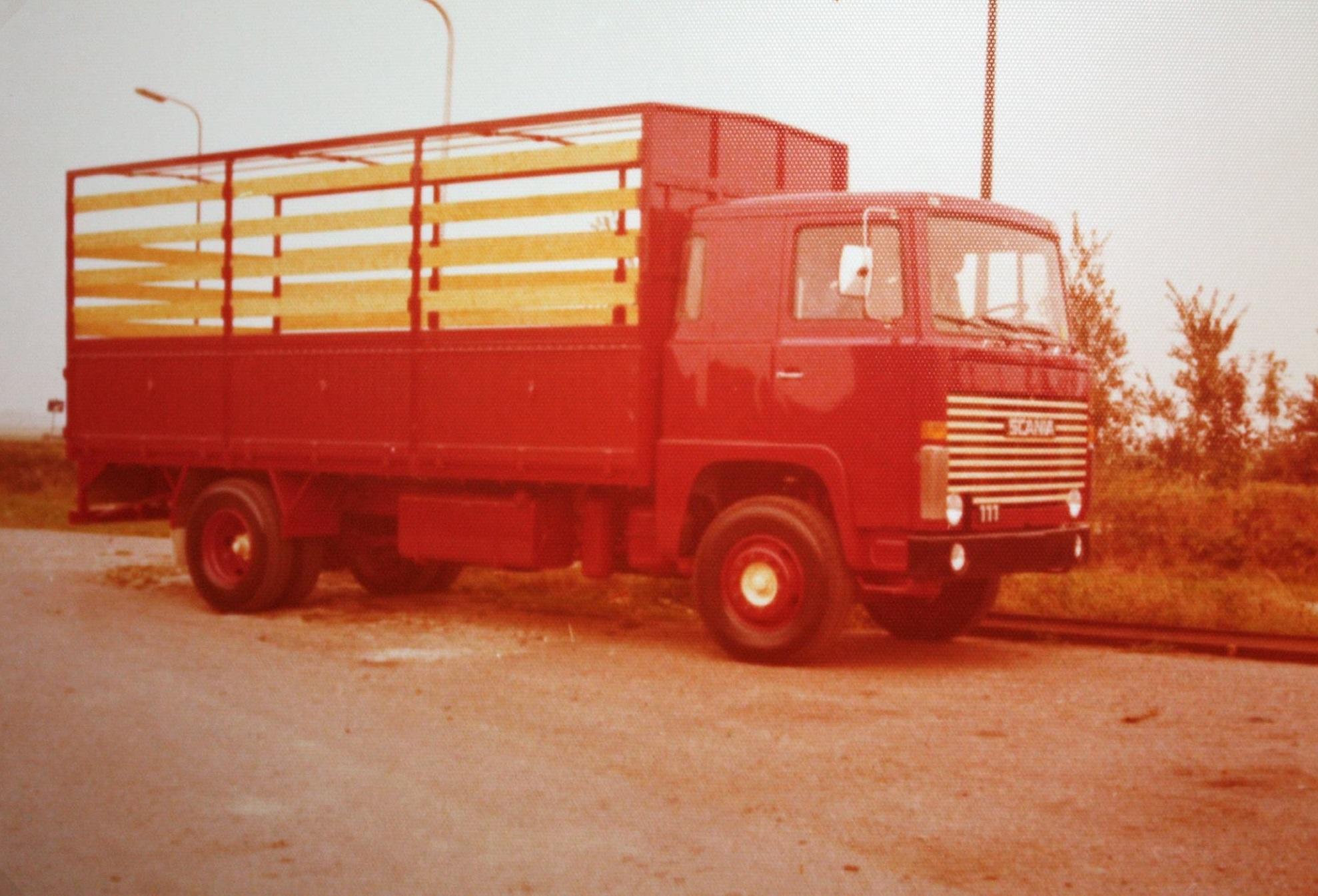 Scania-Vabis-is-de-laadbak-met-huif-door-Rondaan-in-Beetgum-gebouwd-voor-de-KLMV-uit-St-Annaparochie