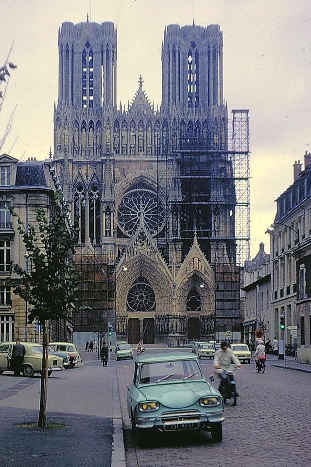 Citroen-Ami-6--cathedrale-de-Reims---1968