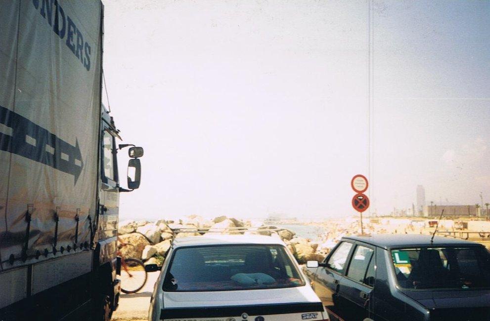 1-met-motorwagen-aan-het-strand-in-barcelona