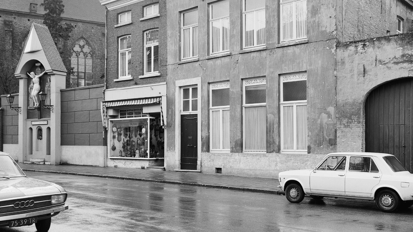 1974-Roermond-MInderbroedersstraat-met-audi-en-Fiat-128