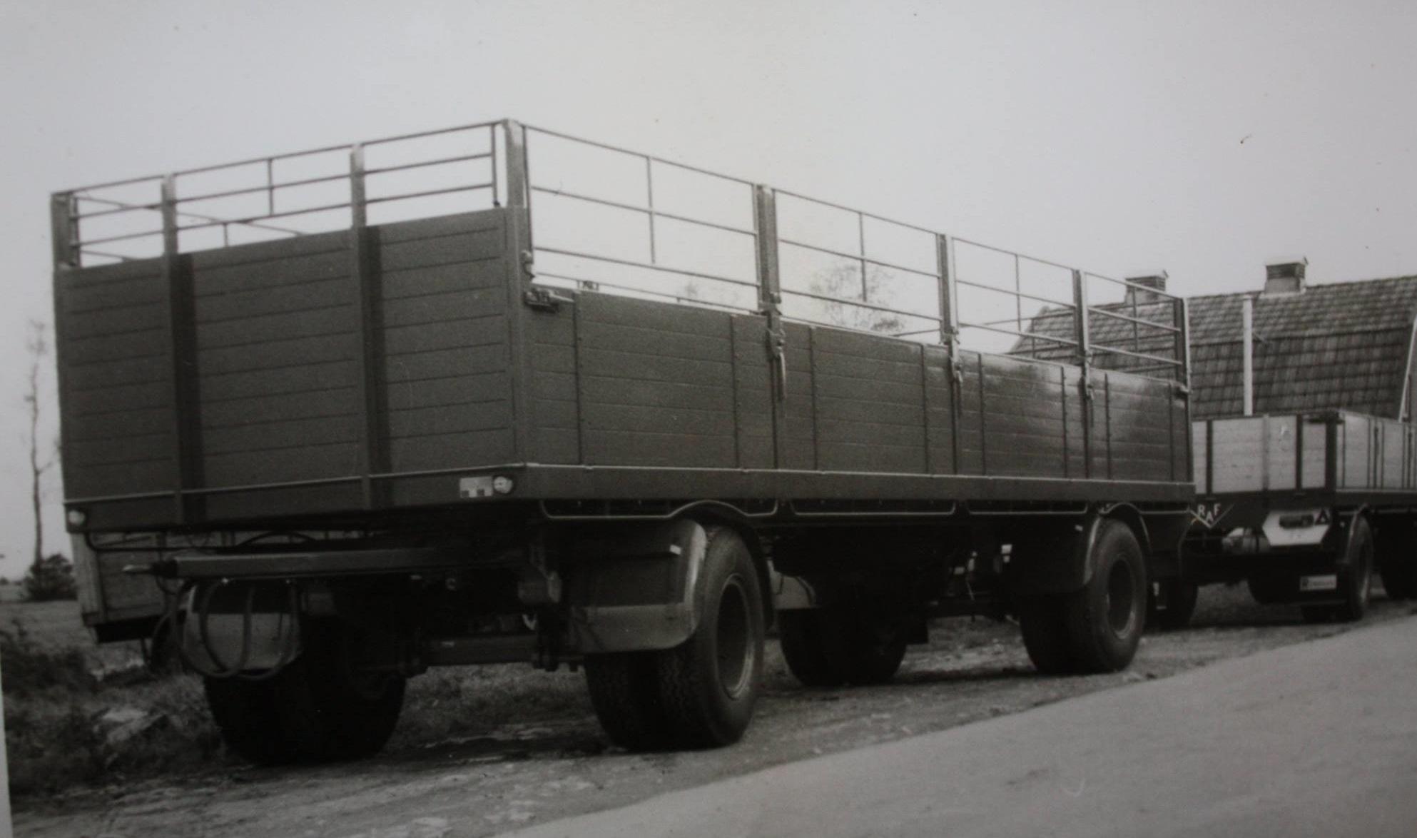 RAF-aanhangwagen-met-zijschotten-en-hekken-is-door-Rondaan-in-Beetgum-gebouwd-voor-L-A--van-Dijk-uit-Goutum