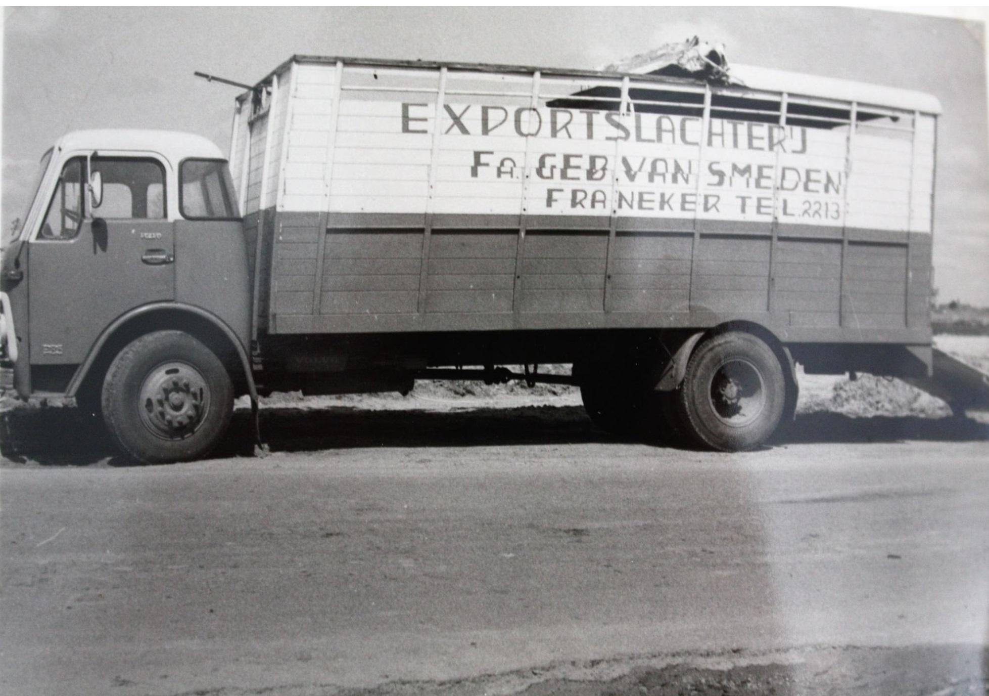 Volvo-veewagen-van-Exportslachterij-Fa--Gebr--Van-Smeden-uit-Franeker-heeft-een-ongeluk-gehad