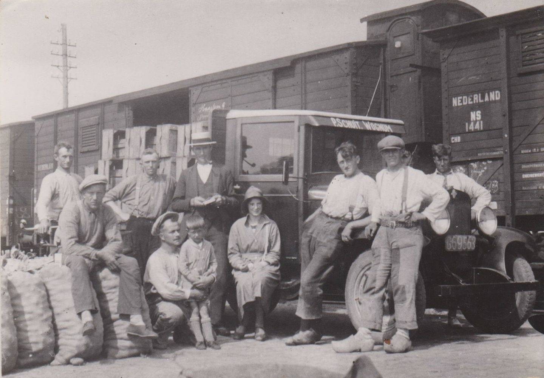 0-Aardappelen-laden-op-de-trein-bij-de-groenteveiling-in-Wognum-uiterst-rechts-Piet-Schuit-Sr--De-wagen-is-een-31er-Ford