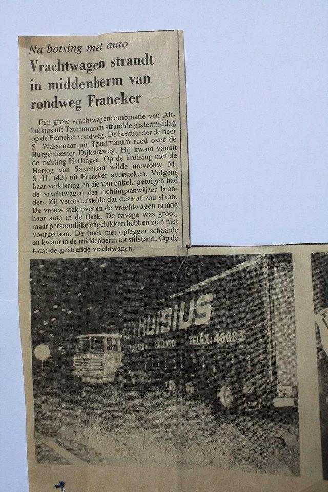 Deze-Scania-met-RAF-wide-spread-oplegger-met-hefdak-van-Althusius-uit-Tzummarum-en-Franeker-heeft-een-ongeluk-gehad-in-Franeker