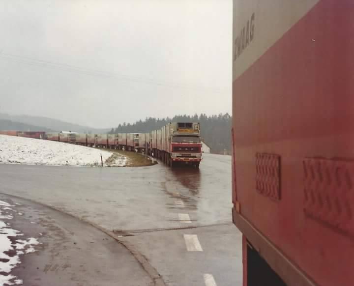 Paul-Erven-24-trucks-opweg-naar-Tsjecho-Slowakije-met-bananen-hier-in-Waidhaus-1