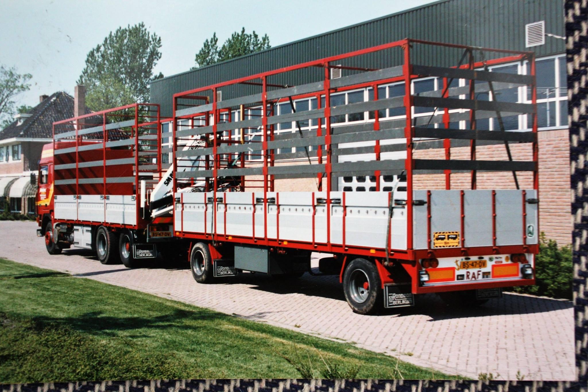 Volvo-met-RAF-aanhangwagen-is-door-Rondaan-in-Berlikum-gebouwd-voor-Miedema-Riethandel-uit-Giekerk