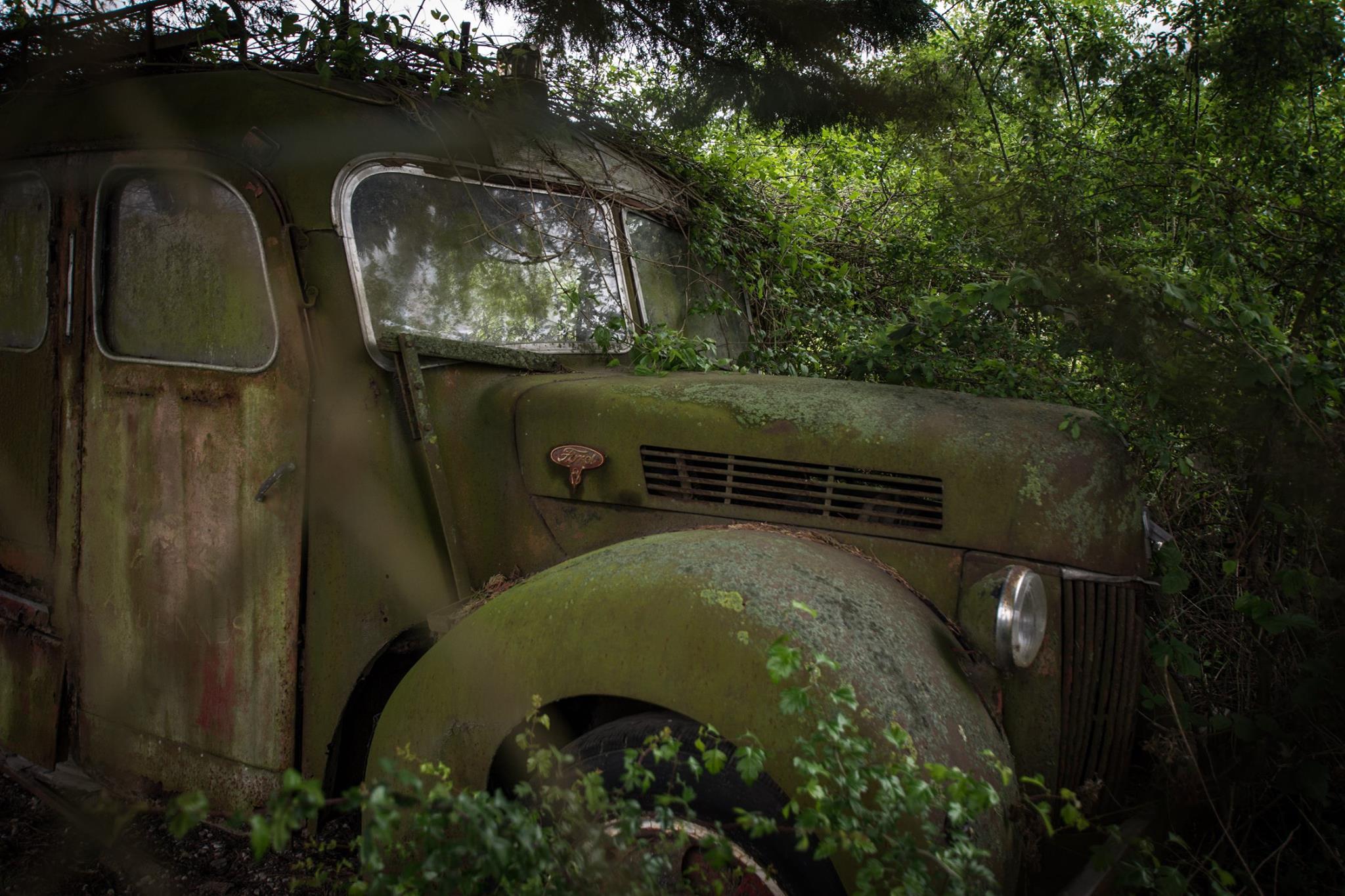 En-camouflage-derriere-le-grillage--un-beau-camion-qui-fut-certainement-rouge