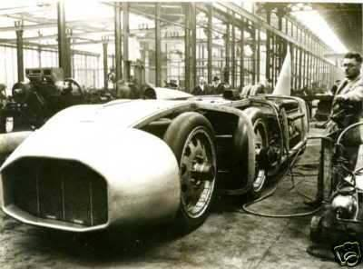 Thunderbolt-1935--The-racer-had-eight-wheels