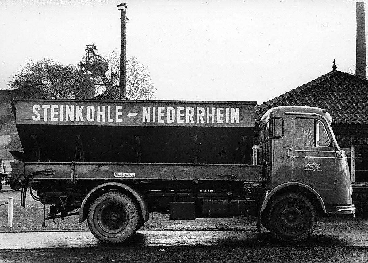 1959-Neukirchen-Vluyn-Bergwerk-Niederberg-Kohlenkuli-mit-Transportband