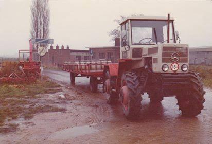 Melkbussen-ophalen-door-Loonbedrijf-Gorissen-en-zonen-uit-Gronsveld-Normaal-stond-de-MB-Track-voor-de-wagen-maar-door-de-gladheid-was-de-Jhon-Deere-net-iets-zwaarde-1