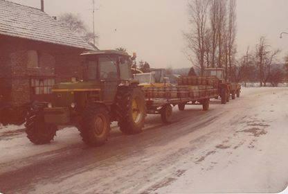 Melkbussen-ophalen-door-Loonbedrijf-Gorissen-en-zonen-uit-Gronsveld-Normaal-stond-de-MB-Track-voor-de-wagen-maar-door-de-gladheid-was-de-Jhon-Deere-net-iets-zwaarde-3