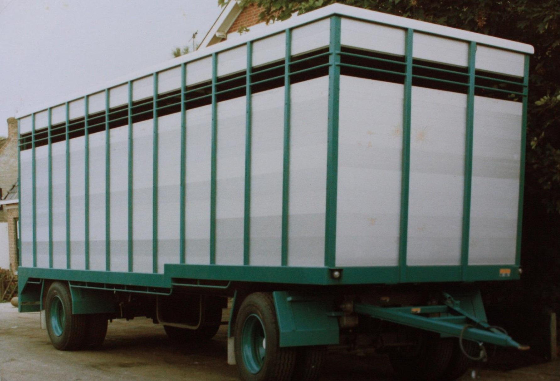 RAF-veevervoer-aanhangwagen-is-in-1982-door-Rondaan-in-Beetgum-gebouwd-voor-G-Dijkstra-uit-Hilaard-en-zo-ziet-hij-er-na-36-jaar-uit--de-opbouw-mankeert-bijna-niets-aan-1
