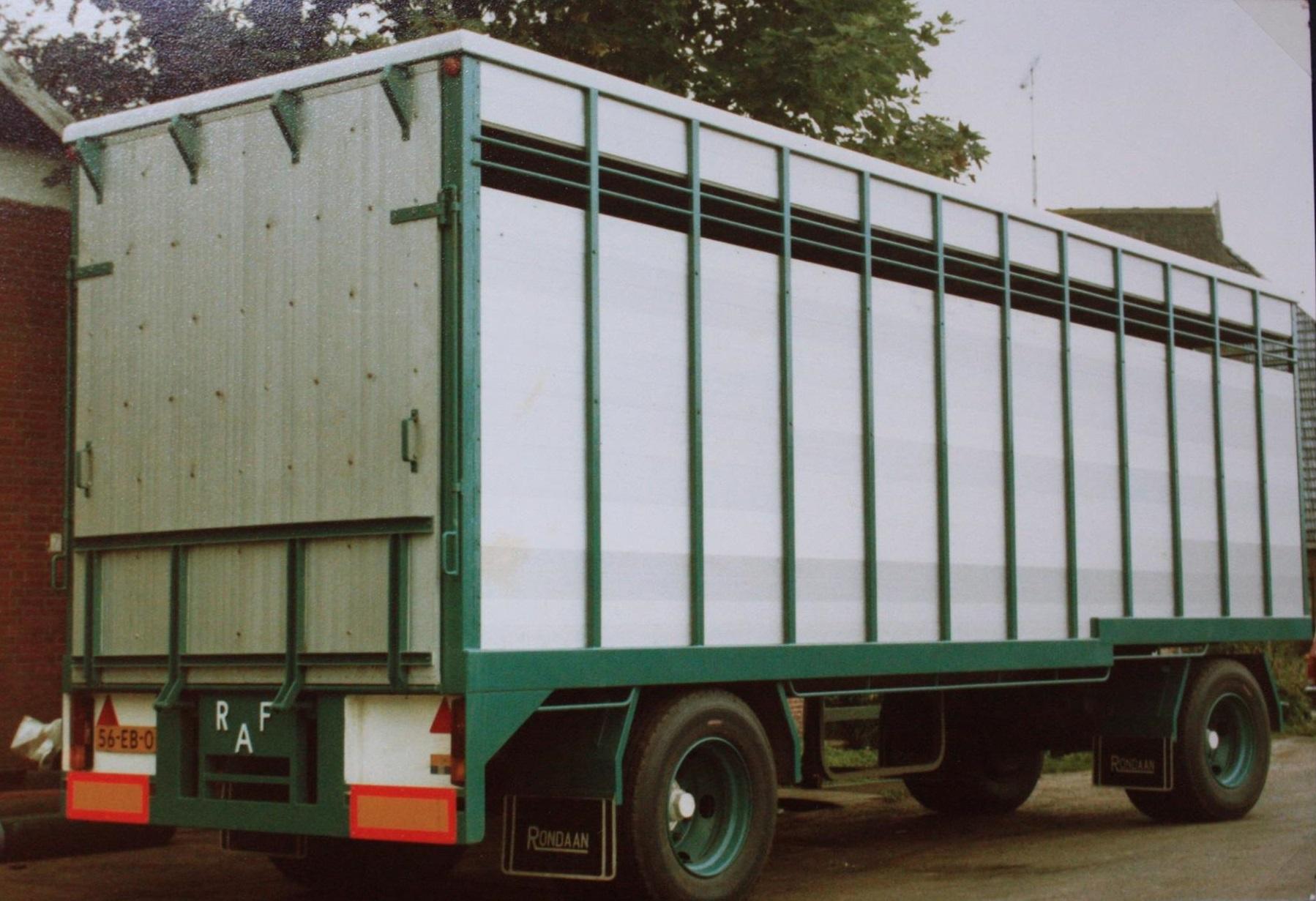 RAF-veevervoer-aanhangwagen-is-in-1982-door-Rondaan-in-Beetgum-gebouwd-voor-G-Dijkstra-uit-Hilaard-en-zo-ziet-hij-er-na-36-jaar-uit--de-opbouw-mankeert-bijna-niets-aan-2