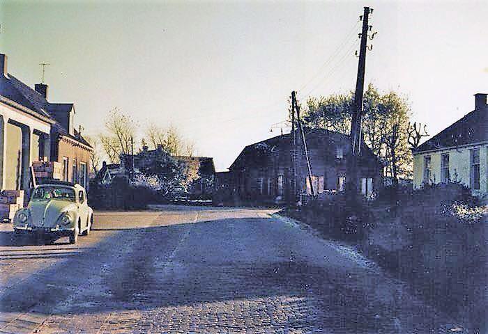 0-Links-de-oude-garage-in-Bakhuizen