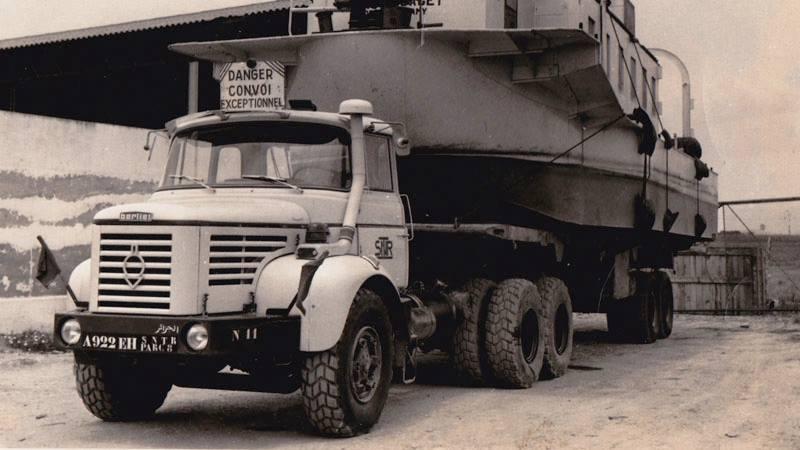 Berliet--vrachtwagen-van-het-bedrijf-in-1975-in-algiers-port