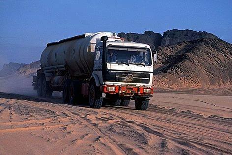 Het-beeld-uit-het-hart-van-de-algerijnse-woestijn-van-de-mercedes-ng-truck-is-de-meest-succesvolle-truck-in-de-geschiedenis-van-ons