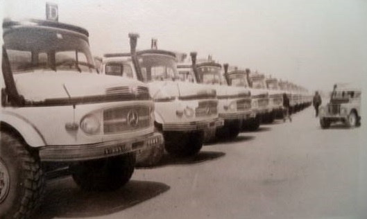 Mercedes-trucks-van-het-we-rond-1975-en-is-op-de-weg-terug-uit-niger